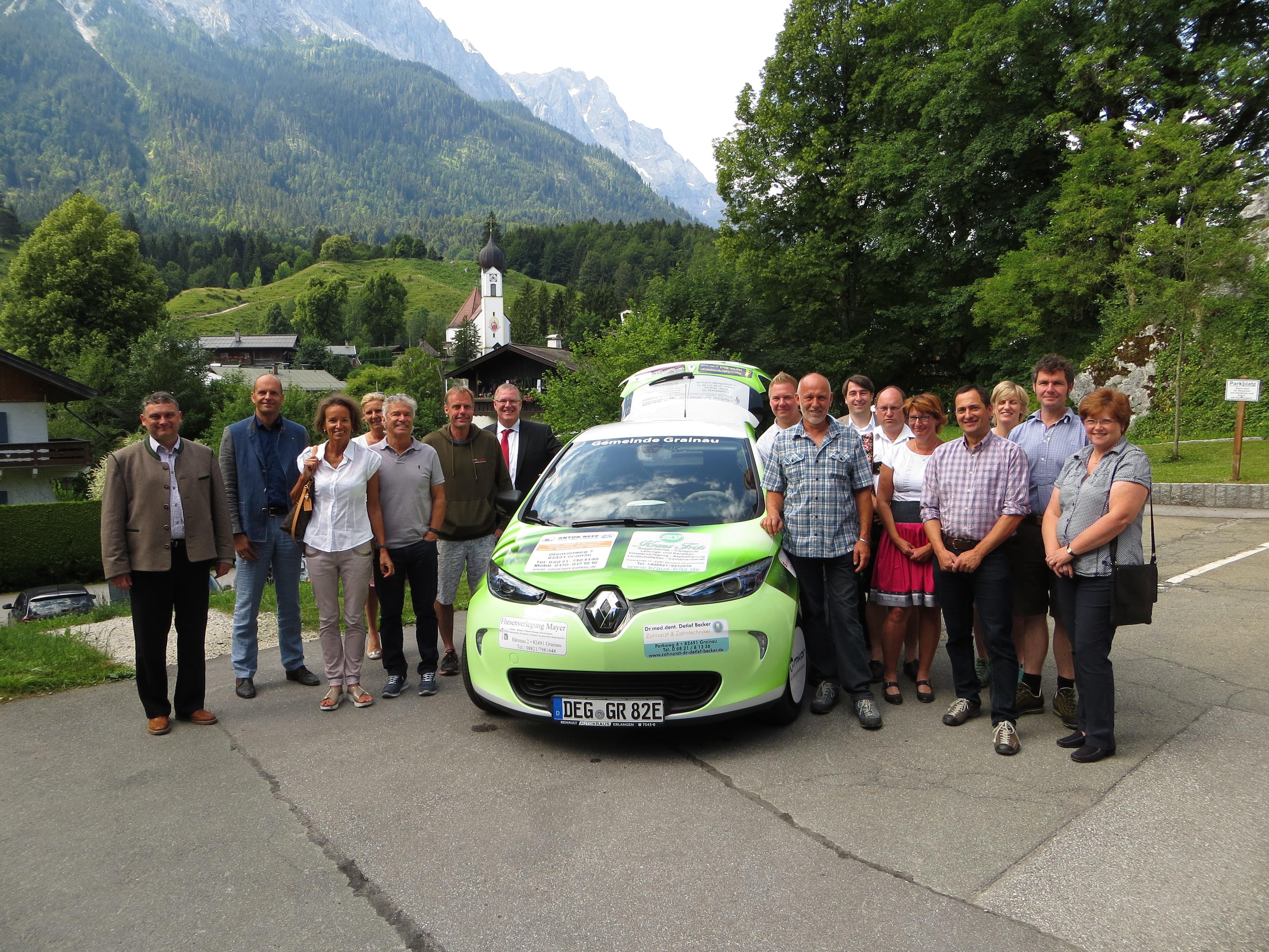 Bürgermeister Märkl (links) bedankte sich bei allen Sponsoren, die es ermöglichen, dass die Gemeinde für ihre Dienstfahren ein E-auto zur Verfügung steht