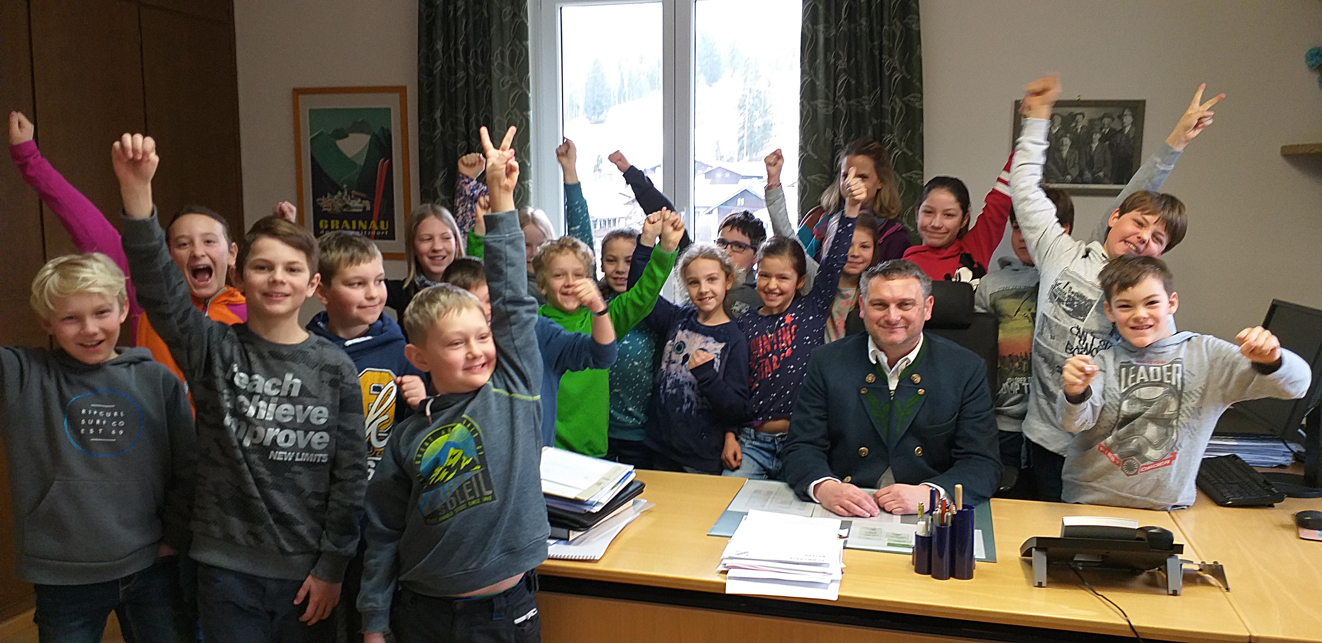 Die Kinder der Grundschule Grainau freuten sich sichtlich, das Büro des Bürgermeisters zu besichtigen