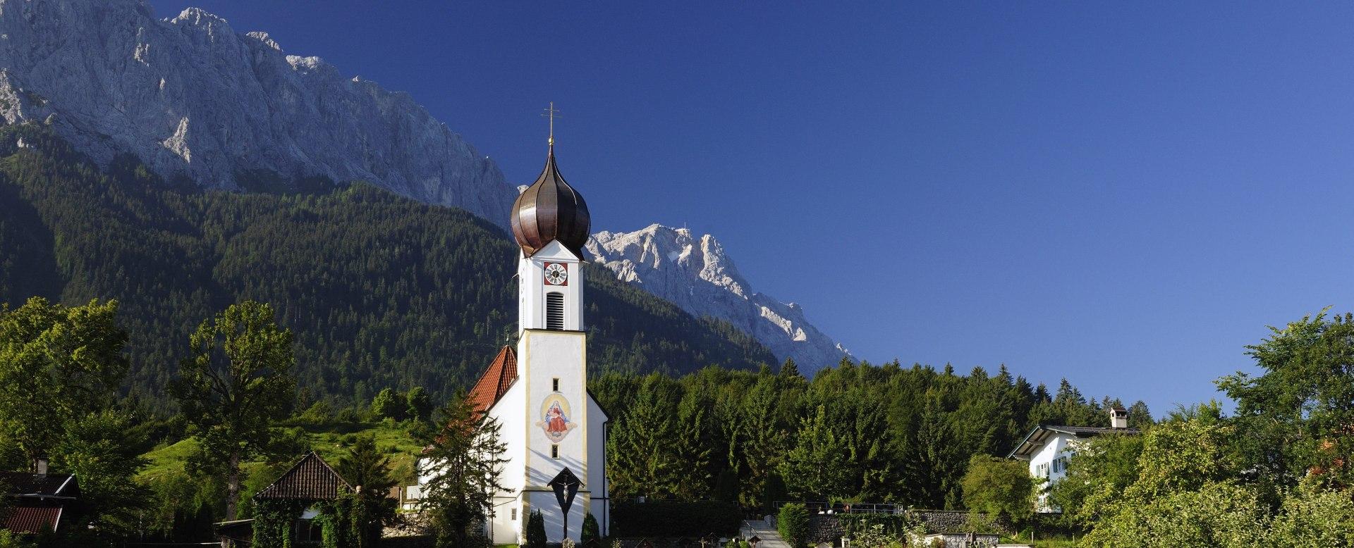 Kirche St. Johannes der Täufer, Grainau mit Bergfriedhof, © Touristinformation Grainau - Foto Ehn